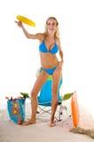 Frau, die Frisbee auf Strand spielt Lizenzfreie Stockbilder