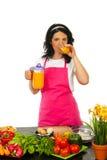 Frau, die frischen Orangensaft trinkt Stockfotos