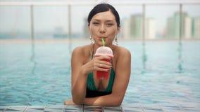 Frau, die frischen Wassermelone Smoothie trinkt stock footage