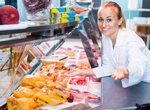 Frau, die frisches Huhn verkauft Stockbilder