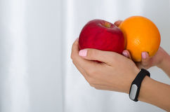 Frau, die Frucht anhält Stockfotografie