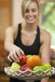 Frau, die Frucht isst Lizenzfreie Stockfotos