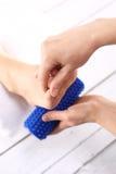 Frau, die Fuß Massager massiert Lizenzfreies Stockfoto