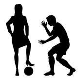 Frau, die Fußballschattenbild durchbohrt Lizenzfreie Stockfotografie