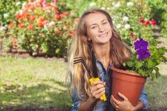 Frau, die am Garten arbeitet lizenzfreies stockfoto