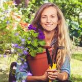 Frau, die am Garten arbeitet lizenzfreie stockfotos