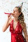 Frau, die Geburtstag mit Ausläufer- und Parteihut feiert lizenzfreie stockbilder