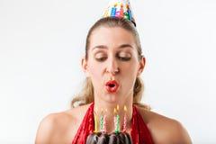 Frau, die Geburtstag mit Kuchen und Kerzen feiert stockbilder