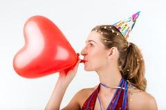 Frau, die Geburtstag oder Valentinsgrußtag feiert stockfotos