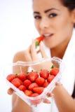 Frau, die geformten Kasten des Inneren Erdbeeren anhält Stockfotos