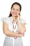 Frau, die gegen Weiß lächelt Stockfotografie