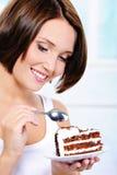 Frau, die geht, eine süße Torte zu essen stockbilder