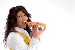 Frau, die geht, Pizza zu essen lizenzfreie stockbilder