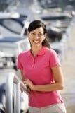 Frau, die Geländer lächelt und anhält. lizenzfreies stockfoto