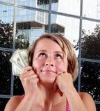 Frau, die Geld in der Hand anhält Lizenzfreie Stockfotos