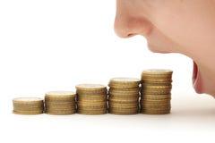 Frau, die Geld isst lizenzfreie stockbilder