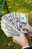 Frau, die Geld zählt Stockfotos