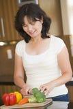 Frau, die Gemüse hackt Stockbilder