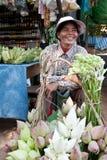 Frau, die Gemüse im Markt verkauft Lizenzfreie Stockfotografie