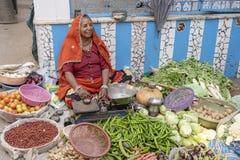 Frau, die Gemüse im Straßenmarkt in der heiligen Stadt Pushkar, Rajasthan, Indien verkauft lizenzfreies stockbild