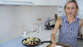 Frau, die Gemüse und Rindfleisch mit Tomaten brät stock video footage