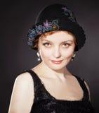 Frau, die gemalten geglaubten Hut im Retro stlyle trägt stockfotografie