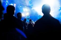 Frau, die Gesangschüssel und Gesang, in der purpurroten und blauen Beleuchtung spielt Lizenzfreie Stockbilder