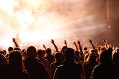 Frau, die Gesangschüssel und Gesang, in der purpurroten und blauen Beleuchtung spielt Lizenzfreie Stockfotografie
