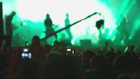 Frau, die Gesangschüssel und Gesang, in der purpurroten und blauen Beleuchtung spielt masse stufe Grüne Lichter stock video footage