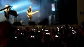 Frau, die Gesangschüssel und Gesang, in der purpurroten und blauen Beleuchtung spielt masse stufe leuchten künstler stock footage