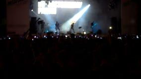 Frau, die Gesangschüssel und Gesang, in der purpurroten und blauen Beleuchtung spielt masse stufe Mehrfarbige Lichter weit stock video