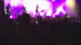 Frau, die Gesangschüssel und Gesang, in der purpurroten und blauen Beleuchtung spielt Tanzenmenge stufe künstler Klatschender Jun stock video