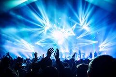 Frau, die Gesangschüssel und Gesang, in der purpurroten und blauen Beleuchtung spielt Lizenzfreie Stockfotos