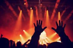 Frau, die Gesangschüssel und Gesang, in der purpurroten und blauen Beleuchtung spielt Stockfotos