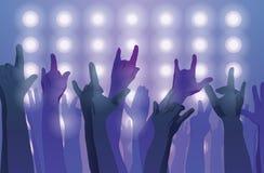 Frau, die Gesangschüssel und Gesang, in der purpurroten und blauen Beleuchtung spielt Hände oben Stockbild