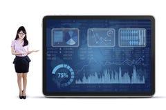 Frau, die Geschäftsbericht im Diagramm vorlegt Lizenzfreie Stockfotos