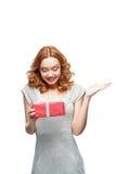 Frau, die Geschenk hält Stockbild