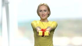Frau, die Geschenkbox übergibt stock footage