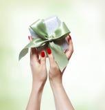 Frau, die Geschenkbox anhält Stockbild