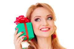 Frau, die Geschenkbox anhält Stockfotografie