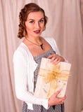 Frau, die Geschenkbox anhält Lizenzfreies Stockbild