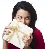 Frau, die Geschenkbox hält Stockfoto