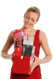 Frau, die Geschenkboxen hält Lizenzfreie Stockfotos