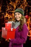 Frau, die Geschenke hält Lizenzfreie Stockbilder