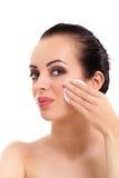 Frau, die Gesichtsmake-up mit Wattestäbchenauflage entfernt lizenzfreies stockfoto
