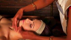 Frau, die Gesichtsmassage Öl Ayurveda im indischen Badekurort hat stock footage