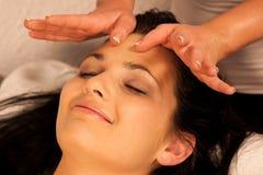 Frau, die Gesichtsmassagebehandlung im Wellness hat Lizenzfreies Stockbild