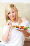 Frau, die gesunde Nahrung, Gemüsesalat isst Lizenzfreie Stockbilder