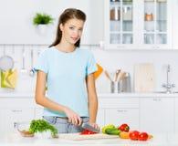 Frau, die gesunde Nahrung kocht Lizenzfreies Stockbild