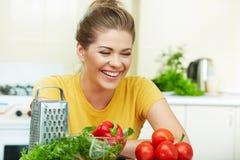 Frau, die gesunde Nahrung kocht Stockbild